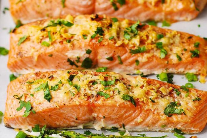 Cá hồi nướng với măng tây và dầu hương vị chanh