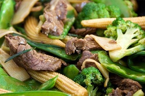 Thịt bò xào ngô bao tử và súp lơ xanh